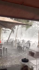 ภาพน่ากลัว!พายุลูกเห็บถล่มพื้นที่ไฟป่าออสเตรเลีย รถยนต์พังเสียหายยับ(ชมคลิป)
