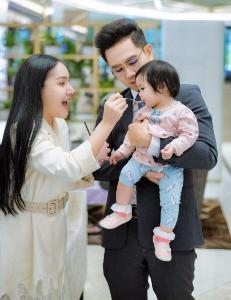 """""""ดร.เดวิด"""" จูงมือลูก-เมีย สนับสนุน สสว.ส่งเสริมสุขภาพเด็กดี เริ่มที่ครอบครัว"""