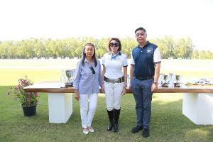 นันทินี แทนเนอร์ อุปนายกสมาคมกีฬาขี่ม้าแห่งประเทศไทย, ฯพณฯ มารีอา อาลีเซีย กุซโซนี เด โซนเชน และธนาธิป สุขพูล ผู้บริหารจาก เบนท์ลีย์ แบงค็อก
