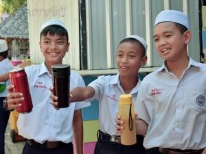 รร.มุสลิมสตูลวิทยาจัดตลาดนัดนักเรียนรณรงค์ลดภาวะโลกร้อน ซึ่งให้เด็กพกแก้วมาเองด้วย