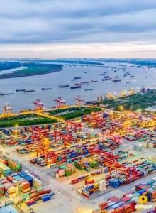 ท่าเรือเมืองอู่ฮั่นที่เรือสินค้าล่องไปยังเซี่ยงไฮ้และออกสู่ทะเล