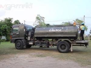 ทภ.4 บรรทุกน้ำออกช่วยเหลือชาวบ้านเมืองคอนหลังน้ำประปาไม่ไหลจากปัญหาภัยแล้ง