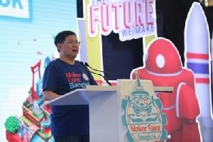 ดร.สุวิทย์ เมษินทรีย์ รัฐมนตรีว่าการกระทรวงการอุดมศึกษา วิทยาศาสตร์ วิจัย และนวัตกรรม ร่วมกล่าวสุนทรพจน์เปิดงาน Maker Faire Bangkok 2020: THE FUTURE WE MAKE พร้อมมอบโล่รางวัลชนะเลิศให้แก่ 2 ทีมชนะเลิศโครงการ Enjoy Science: Young Makers Contest ปี 4 และเยี่ยมชมบูธแสดงผลงานของเมกเกอร์