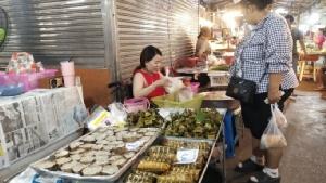 ชาวไทยเชื้อสายจีนใน จ.จันทบุรี แห่ซื้อสินค้าในวันจ่ายส่งผลบรรยากาศคึกคัก