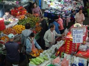 ชาวไทยเชื้อสายจีนเมืองเบตงออกจับจ่ายคึกคัก เตรียมไหว้ในวันตรุษจีนพรุ่งนี้