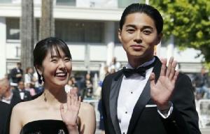 มาซาฮิโร่ ฮิงาชิเดะ กับดาราสาวที่เขาลักลอบมีความสัมพันธ์ด้วย ระหว่างทั้งคุ่กำลังโปรโมตภาพยนตร์ด้วยกัน