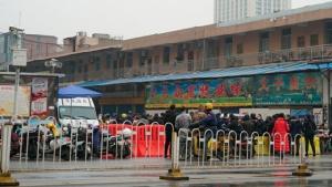 ตลาดค้าส่งอาหารทะเลอู่ฮั่นหัวหนาน ซึ่งมีคนจำนวนมากรับเชื้อไวรัสจากตลาดล้มป่วย และรัฐบาลจีนได้ปิดตลาดแห่งนี้แล้ว (ภาพแฟ้มเอพี)