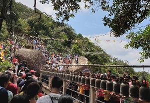 ผู้คนเดินทางสักการะรอยพระพุทธบาทพลวงบนเขาคิชฌกูฏ