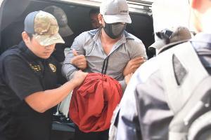 """ตำรวจศาลคุมเข้มรับตัว """"ผอ.กอล์ฟ"""" ฆ่าชิงทรัพย์ร้านทอง ห้างดังลพบุรี ฝากขังครั้งแรกศาลอาญา"""