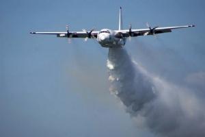 เครื่องบินลำเลียง ซี-130 เฮอร์คิวลิส ที่ใช้ในการทิ้งสารเคมีช่วยดับไฟป่าในออสเตรเลีย  (ภาพเผยแพร่โดยสำนักงานดับเพลิงชนบท รัฐนิวเซาธ์เวลส์) ทั้งนี้เครื่องบินแบบนี้ลำหนึ่งได้ตกลงโหม่งโลกในวันพฤหัสบดี (23 ม.ค.) ขณะปฏิบัติงานที่บริเวณดานตะวันตกเฉียงใต้ของแดนจิงโจ้  ผู้อยู่ในเครื่องบินทั้ง 3 คนซึ่งเป็นชาวอเมริกัน เสียชีวิตยกลำ