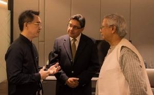 ดร.พิพัฒน์ กับ ดร.ไฟซ์ ชาห์ (กลาง) และ ศ.มูฮัมมัด ยูนุส (ขวา)