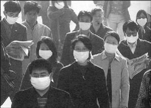 ชาวปักกิ่งสวมหน้ากากอนามัยขณะอยู่นอกบ้าน และที่สาธารณะ ช่วงโรคระบาดซาร์ส ซึ่งปักกิ่งมีผู้เสียชีวิตมากที่สุด (ภาพเอพี)