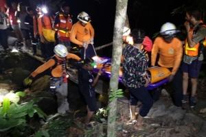 เตือนไม่ฟัง! นักท่องเที่ยวสาวชาวออสเตรเลียพลาดตกน้ำตกโตนช่องฟ้า โชคดีแค่ขาหัก