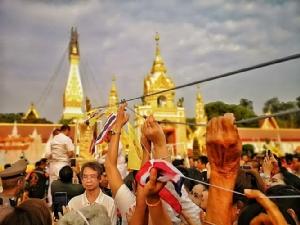 """(ภาพชุด)ชาวพุทธเรือนหมื่นร่วมพิธียก""""ปลียอดทองคำพระธาตุพนม""""มูลค่า 55 ล้านบาท"""