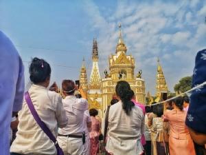 """(ภาพชุด)ชาวพุทธเรือนหมื่นร่วมพิธียก""""ปลียอดทองคำพระธาตุพนม""""มูลค่า55ล้านบาท"""