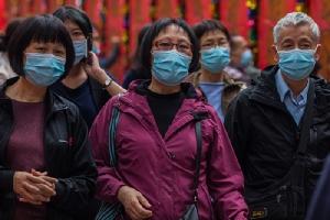นักท่องเที่ยวใส่หน้ากากมาไหว้พระที่วัดหวังต้าเซียนในฮ่องกง รับวันตรุษจีน 25 ม.ค. ขณะที่สถานการณ์การแพร่กระจายของเชื้อโคโรนาไวรัสสายพันธุ์ใหม่ที่มีต้นตอจากอู่ฮั่นกำลังเลวร้ายหนัก (ภาพเอเอฟพี)