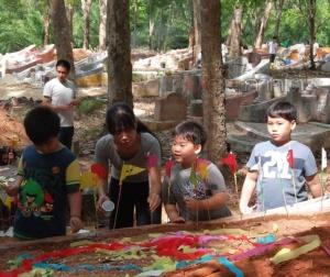 สุสานของเหล่าบรรพชนคนฮกจิวในป่าสวนยาง แม้จะผ่านมากี่ชั่วรุ่นก็ยังคงมีเสน่ห์เมื่อถึงประเพณีเช็งเม้ง