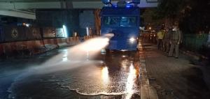 ตำรวจนครบาลนำรถควบคุมฝูงชนฉีดน้ำล้างถนนลดค่าฝุ่น PM 2.5