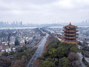 บรรยากาศนครอู่ฮั่นช่วงเทศกาลตรุษจีนกลายเป็นเมืองร้าง จีนปิดเมืองอู่ฮั่นเมื่อวันที่ 23 ม.ค. และปิดเพิ่มอีก 17 เมือง โดยมีประชากรกกว่า 50 ล้านคนถูกกักอยู่ในเมือง เพื่อควบคุมการแพร่ระบาดเชื้อไวรัสโคโรนาที่มีศูนย์การการระบาดในอู่ฮั่นตั้งแต่กลางเดือนธ.ค.ที่ผ่านมา (ภาพ ซินหัว)