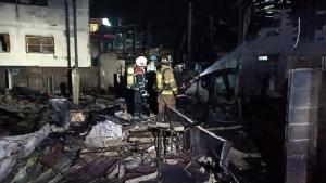 ไฟไหม้ชุมชนริมทางรถไฟซอยวุฒากาศ 13 เสียหาย 5 หลัง
