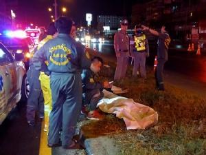 หนุ่มรุ่นควบรถจักรยานยนต์เสียหลักชนป้ายบอกทางย่านรังสิต เสียชีวิต