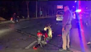 โจ๋ 17 ซิ่ง จยย.หักหลบด่านชนกระบะตำรวจจอดริมถนน คอหักดับ เพื่อซ้อนท้ายบาดเจ็บ