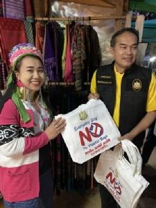 เห็นแล้วปลื้ม!! หนุ่มสาวชาวกระเหรี่ยงคอยาว นำถุงผ้ามาซื้อของในร้านสะดวกซื้อ