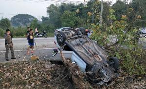 วูบ! หญิงสาวขับรถชนป้ายจราจรริมถนนเชียงใหม่-ลำปาง จนพลิกคว่ำหลายตลบเจ็บสาหัส