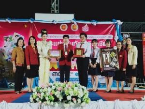 สุดยอด!! อาชีวะอุบลฯคว้าชนะเลิศแฟชั่นย้อนยุคผ้าไทยระดับประเทศ