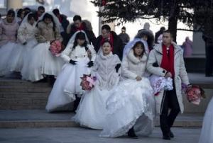 """จีนขอประชาชนเลื่อน """"งานแต่ง"""" ลดขนาด """"งานศพ"""" เลี่ยงไวรัสระบาด"""