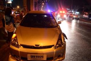 หนุ่มพม่าข้ามถนนถูกรถเก๋งพุ่งชน เสียชีวิตคาที่