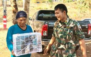 ชื่นชม! คู่สามีภรรยาชาวอุทัยฯ ช่วยสัตว์ป่าคุ้มครองติดตาข่ายส่งอุทยานฯ อนุบาลดูแลต่อ