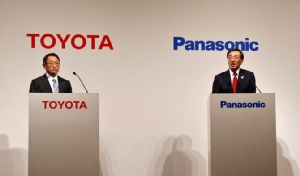 """""""โตโยต้า-พานาโซนิค"""" ตั้งบริษัทร่วมทุนทำแบ็ตเตอร์รีรถยนต์ไฟฟ้า เริ่มงานเมษายนนี้"""