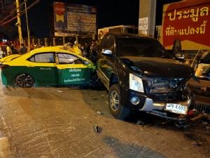 แท็กซี่เสียหลักพุ่งเข้าร้านลาบ ลูกค้าแตกฮือ รถยนต์เสียหาย6คัน