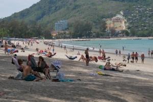 """เห็นแบบนี้ใจชื้น นักท่องเที่ยวต่างชาติแน่นหาดหวังช่วยภูเก็ตฟื้นจากผลกระทบ """"โคโรนา"""""""
