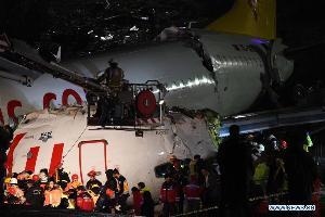 เครื่องบินตุรกีไถลหลุดรันเวย์หัก 3 ท่อน ตาย 1 เจ็บ 157