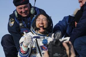 """ต้อนรับกลับสู่โลก """"คริสตินา คอช"""" หญิงที่ใช้ชีวิตในอวกาศยาวนานที่สุด"""