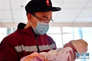 """หัวอกคนเป็นพ่อ! จนท.จีนบอกลาลูกสาวแรกเกิด ก่อนเดินทางไปสู้ศึก """"อู่ฮั่น"""""""