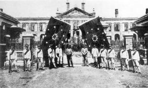 """กลุ่มก่อการ """"การลุกฮือ ณ เมืองอู่ชาง"""" และธงสัญลักษณ์การลุกฮือฯ บริเวณหน้าตึกบัญชาการรัฐบาลทหารแห่งหูเป่ยในนครอู่ฮั่น  (แฟ้มภาพ วิกิพีเดีย)"""