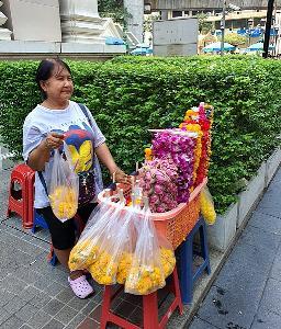 ดอกไม้ที่รอลูกค้ามาซื้อ ถ้าขายไม่ได้ ต้องทิ้งเพราะเหี่ยวเฉา