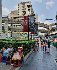 ร้านขายดอกไม้ริมถนนพระราม๑ ได้รับผลกระทบจากการระบาดไวรัสโคโรนา ที่สร้างความความเงียบเหงาให้แก่ศาลท้าวมหาพรหมในช่วงนี้
