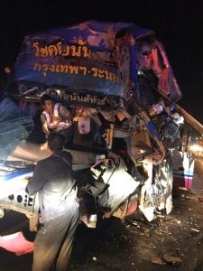 รถทัวร์กรุงเทพฯ-ระนอง ชนท้ายรถพ่วงบรรทุก ดับคาที่ 1 คน ผู้โดยสารบาดเจ็บหลายราย