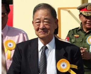 ภาพของ โลซิงฮาน ซึ่งเคยถูกระบุว่าเป็นหนึ่งในนักค้าเฮโรอีนรายใหญ่ที่สุดในโลกมาหลายสิบปี  แล้วเบื้องปลายของชีวิตกลายเป็นนักธุรกิจใหญ่  ในภาพนี้ถ่ายขณะเขาเข้าร่วมพิธีเปิดท่าอากาศยานนานาชาติย่างกุ้ง ในนครย่างกุ้ง ประเทศพม่า เมื่อปี 2007  ทั้งนี้ โลซิงฮานเสียชีวิตที่นครย่างกุ้ง ในปี 2013 ขณะอายุ 80 ปี
