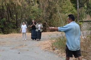 """(ชมคลิป) พระวัดป่าศรัทธารวมเล่านาทีระทึก """"จ่าคลั่ง"""" กราดยิงชาวบ้าน 9 ศพอย่างใจเย็น"""