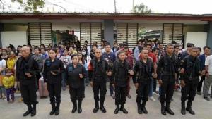 ทหารพรานสระแก้วนำประชาชนและชาวกัมพูชายืนไว้อาลัยเหตุกราดยิงที่โคราช
