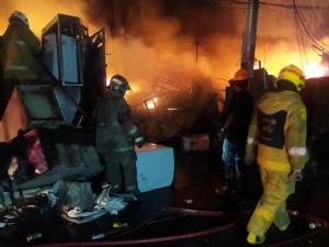 เพลิงไหม้ร้านรับซื้อของเก่า ซ.ลาดพร้าว 80 จนท.เร่งคุมเพลิง