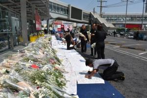 ปชช.วางดอกไม้ไว้อาลัยหน้าห้างฯ เทอร์มินอล 21 ต่อเนื่อง-สมาพันธ์สื่อมวลชนโคราชออกแถลงการณ์
