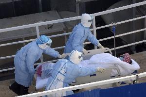 """ผู้ป่วย """"โควิด-19"""" ในจีนพุ่งวันเดียวกว่า 14,000 ราย หลังปรับเกณฑ์วินิจฉัย ตายเพิ่ม 242 ยอดติดเชื้อทั่วโลกทะลุ 6 หมื่น เสียชีวิตรวม 1,369 คน"""