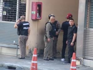 ระทึกกลางกรุง! เสี่ยร้านเสื้อผ้านักกีฬาเครียดยิงปืนขู่ในร้าน ตร.ญาติรุดเกลี้ยกล่อม