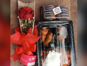 """""""กองทัพเรือ"""" มอบดอกกุหลาบพร้อมอาหารเช้าแก่คนไทยจากอู่ฮั่น เนื่องในวันแห่งความรัก"""